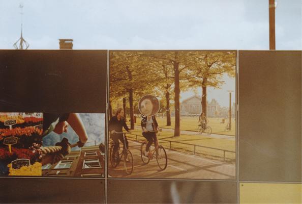 """Un mur de bois avec des photos à la con en face de la gare centrale d'A'dam, maculé d'un de mes stickers représentants le fameux mème """"Potato Jesus"""".SIMPA"""